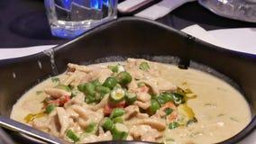 Moto della salsa di curry verde sul pollo e sul vapore pesante archivi video
