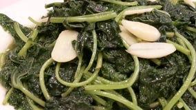 Moto della verdura e dell'aglio con vapore pesante dentro il ristorante stock footage