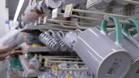 Moto delle tazze d'acquisto della gente dentro il deposito di Walmart stock footage