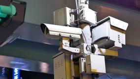 Moto delle videocamere di sicurezza e del semaforo sulla via stock footage
