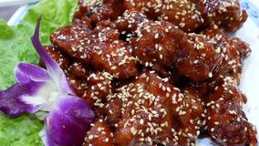 Moto di carne di maiale fritta sulla tavola dentro il ristorante cinese archivi video