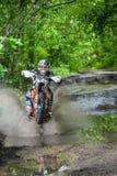 Moto di enduro nel fango con una grande spruzzata Immagini Stock