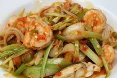 Moto di gamberetto fritto piccante caldo con la verdura sulla tavola Fotografia Stock