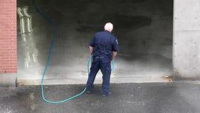 Moto di pulizia del poliziotto con il getto di acqua ad alta pressione stock footage