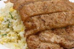 Moto di riso fritto con carne di maiale fritta sulla tavola Fotografia Stock Libera da Diritti