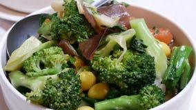Moto di vapore di verdure e pesante fritto dentro il ristorante cinese video d archivio
