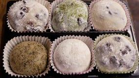 Moto di vario dolce di riso appiccicoso sulla tavola stock footage