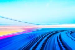 Moto di velocità in tunnel urbano della strada della strada principale fotografia stock libera da diritti