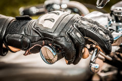 Moto emballant des gants Images stock