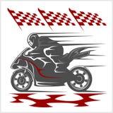 Moto emballant sur le champ de courses et le drapeau à carreaux Images libres de droits
