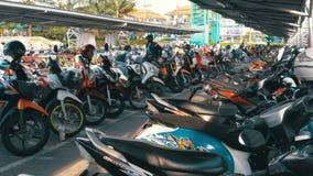 Moto en el estacionamiento en Tailandia cerca del centro comercial metrajes