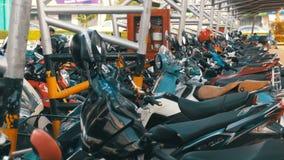 Moto en el estacionamiento en Tailandia cerca del centro comercial almacen de video