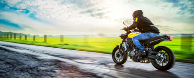 Moto en el montar a caballo del camino divertirse que monta el camino vacío Imagenes de archivo