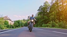 Moto en el montar a caballo del camino divertirse que monta el camino vacío o almacen de metraje de vídeo