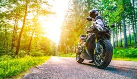 Moto en el montar a caballo del camino divertirse que monta el camino vacío o Foto de archivo libre de regalías