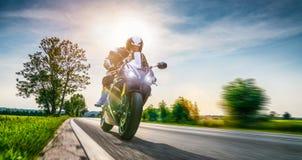 Moto en el montar a caballo del camino divertirse que monta el camino vacío o Imagen de archivo libre de regalías