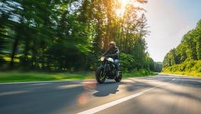 Moto en el montar a caballo del camino divertirse que monta el camino vacío o Foto de archivo