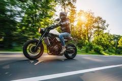 Moto en el montar a caballo del camino divertirse que monta el camino vacío o Fotos de archivo