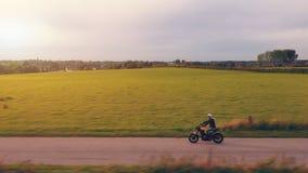 Moto en el montar a caballo del camino divertirse que monta el camino vacío o almacen de video