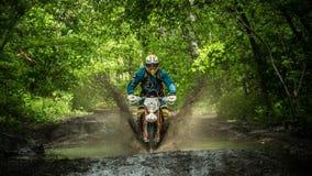Moto Enduro στη λάσπη με έναν μεγάλο παφλασμό Στοκ Φωτογραφία