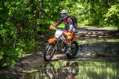 Moto Enduro στη λάσπη με έναν μεγάλο παφλασμό Στοκ φωτογραφία με δικαίωμα ελεύθερης χρήσης