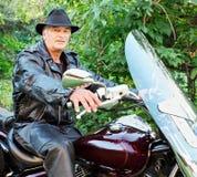 Moto entre deux âges d'équitation d'homme Photographie stock
