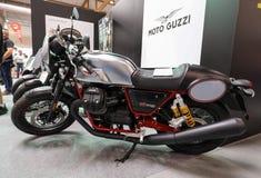Moto Guzzi V7 III racerbilmotorcykel som visas på MOTO-SHOWEN i Krakow poland Arkivbild