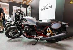 Moto Guzzi V7 III setkarza motocykl wystawiający przy MOTO przedstawieniem w Krakow obraz stock