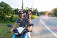 Moto heureuse d'équitation de couples dans le voyage de femme excité par campagne et d'homme sur le voyage par la route de motocy Photo libre de droits