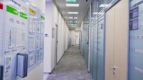 Moto lungo il corridoio fra gli uffici la vigilia del nuovo anno archivi video