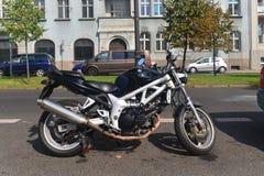 Moto moderne de Suzuki garée images stock