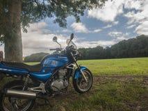 Moto parqueada en Enville, Staffordshire fotos de archivo
