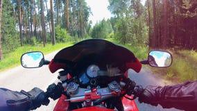 Moto que conduce proceso en una visión de primera persona Motorista que compite con su motocicleta almacen de metraje de vídeo