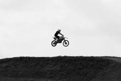 Moto que salta en el cielo en velocidad de la piel Fotos de archivo