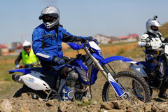 Moto-Radfahrer, der enduro Fahrrad fährt Lizenzfreie Stockbilder