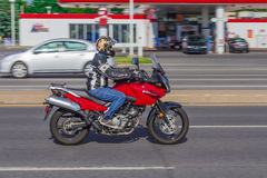 Moto rouge conduisant sur la grande vitesse photo stock