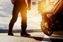 Moto rowerzysty wycieczki samochodowej zbliżenia pojęcie obrazy royalty free