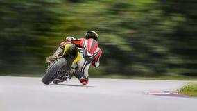 Moto se penchant dans un coin rapide sur la voie photos libres de droits