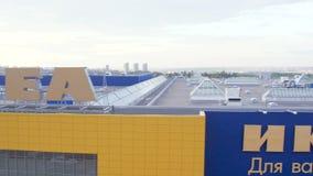 Moto superiore di vista lungo il logo enorme di IKEA sul tetto concentrare video d archivio