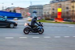 Moto sur la route, conduisant sur l'asphalte à la vitesse image libre de droits