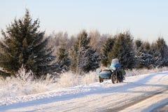 Moto sur une route neigeuse Photographie stock
