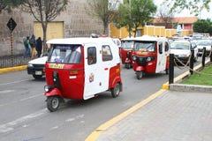 Moto-taxi trafik på gatan i Peru Royaltyfri Foto