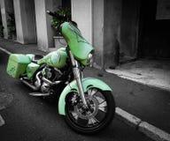 Moto verde na rua preta & branca foto de stock royalty free