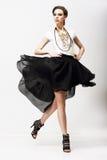 Moto. Vitalità. Top-model lussuoso in vestito d'ondeggiamento da modo. Oscillazione fotografie stock