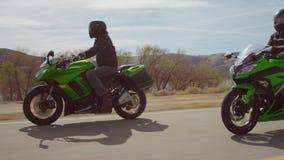 Moto voyageant sur un ion de route les montagnes banque de vidéos