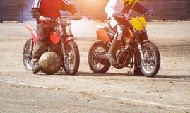 Motoball, ados jouent le motoball sur des motos avec une boule, deux joueurs photos libres de droits