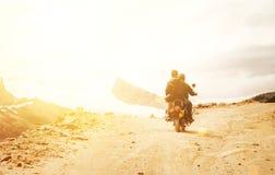 Motobike旅客在印地安人喜马拉雅山的山口路乘坐 库存照片
