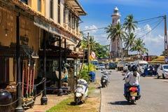 Motobike通过老堡垒的街道乘坐在一个晴天 库存图片