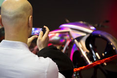 拍一辆摩托车的照片的在显示的访客在欧亚大陆motobike商展 库存图片