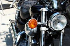 关闭减速火箭的黑motobike照片  免版税库存照片